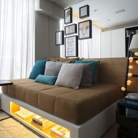 Подсветка ниши под диваном в гостиной