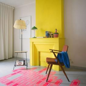Желтый портал камина в просторной гостиной