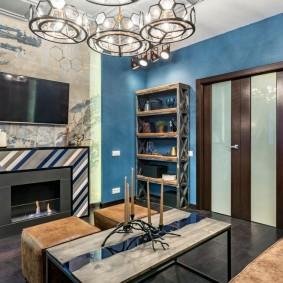 Синие обои на стене небольшой гостиной