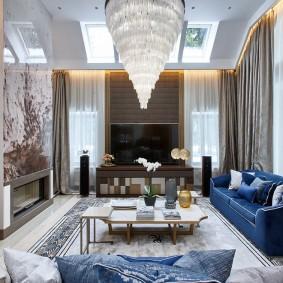Синий диван в зоне отдыха гостиной