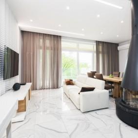 Островной камин в зале с диваном
