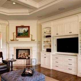 Встроенная мебель в комнате с угловым камином