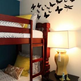 Двухъярусная кровать в маленькой детской спальне