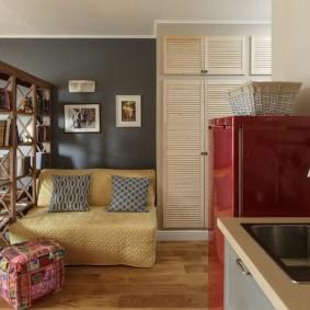 Деревянный стеллаж в однокомнатной квартире