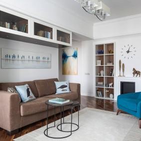 Подвесные шкафы над диваном в гостиной