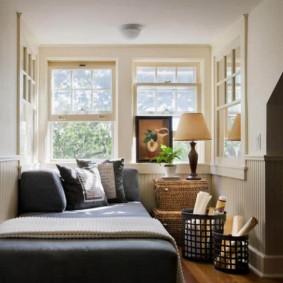 Уютная спальня с большими окнами