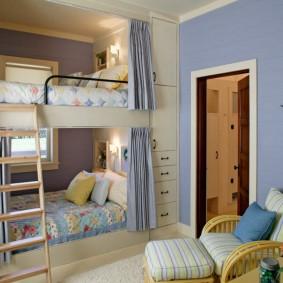Двухъярусная кровать в комнате мальчиков