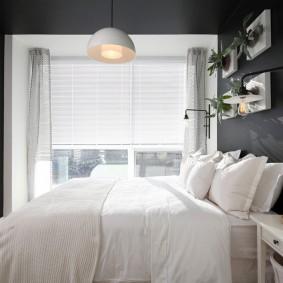 Белая кровать в серой комнате