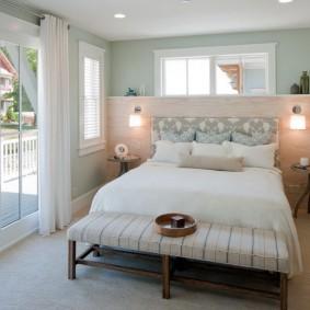Стеклянные двери в спальной комнате летнего домика
