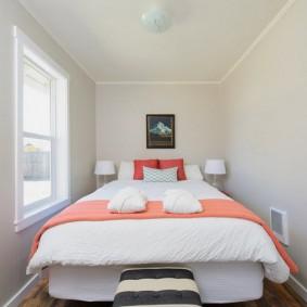 Розовое покрывало на белой кровати