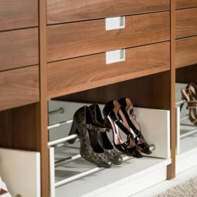 Удобный ящик для обуви в нежней секции шкафа-купе