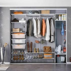 Продуманное наполнения шкафа в прихожей комнате