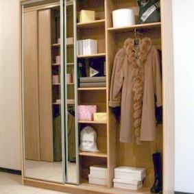 Женское пальто внутри трехстворчатого шкафа купе