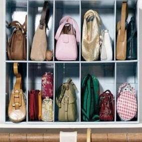 Узкие секции шкафа для дамских сумок