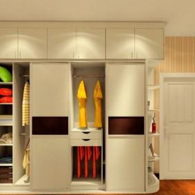 Встроенный шкаф с антресолью в светлой прихожей