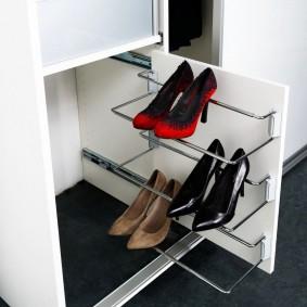 Выдвижная секция для обуви на боковине шкафа