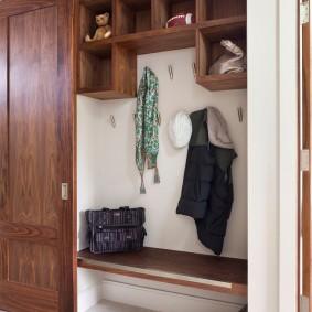 Встроенный шкаф с амбарной дверью в прихожей частного дома