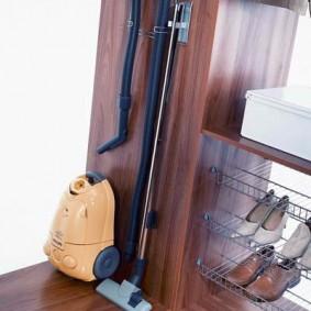 Простое приспособление для хранения пылесоса в шкафу