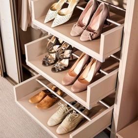 Ящики с перекладинами для обуви с каблуками