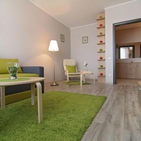 Зеленый ковер на полу квартиры