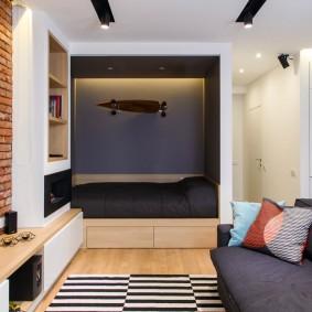 Кирпичная отделка стены за телевизором