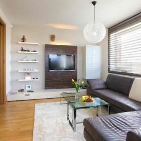 Широкий дверной проем в гостиной трехкомнатной квартиры