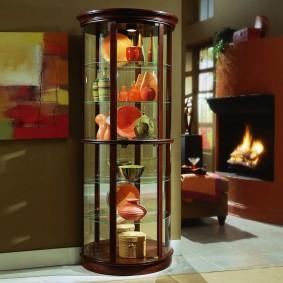 Круглая витрина с декоративными элементами