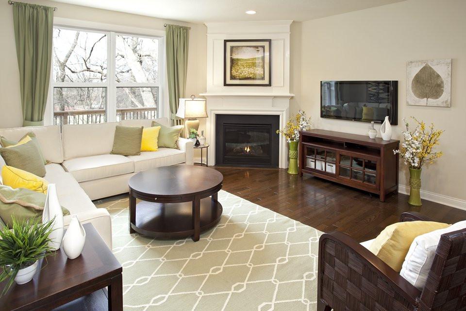 Телевизор в светлой комнате с угловым камином