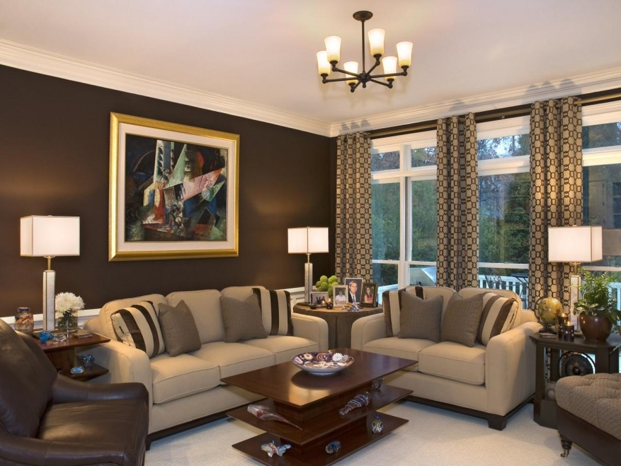 коричневый цвет стен в гостиной