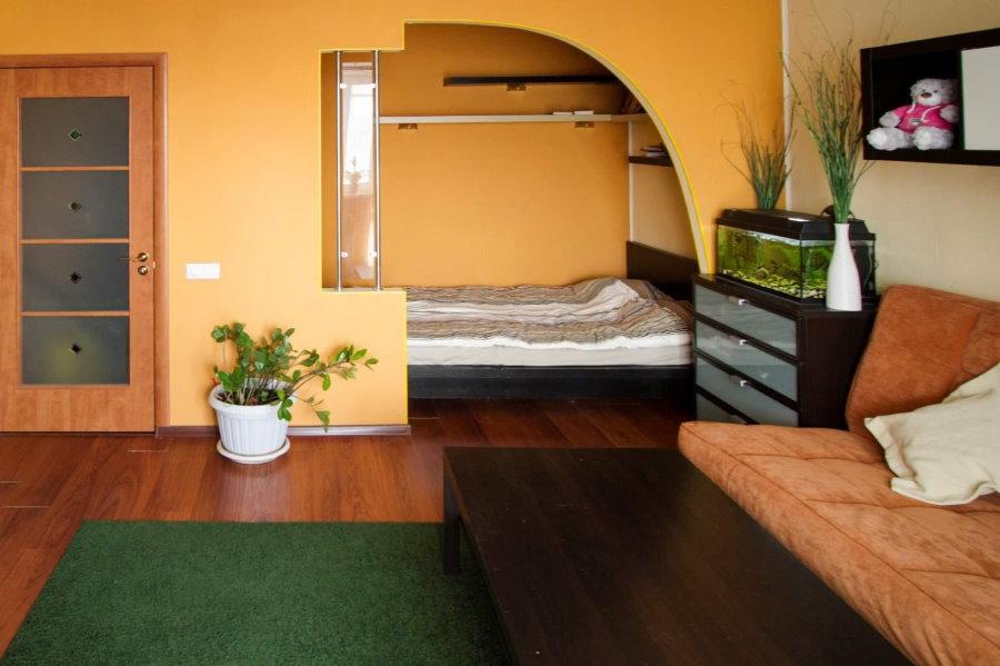 Полуарка в нише стены однокомнатной квартиры