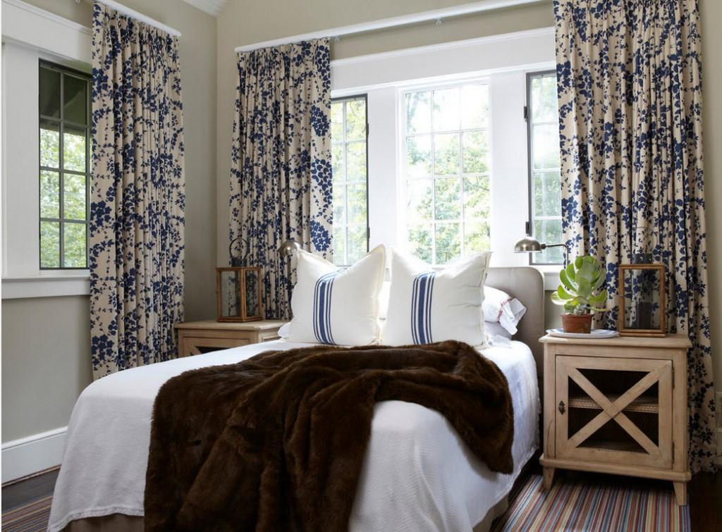 Светло-серые стены в комнате с двумя окнами
