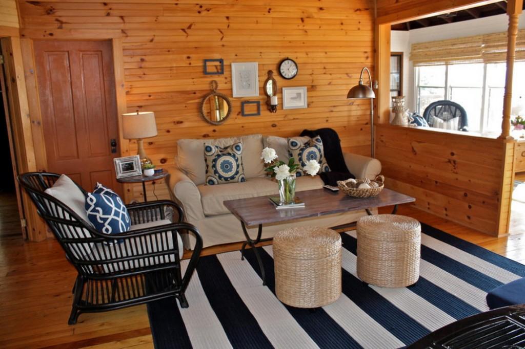 Черно-белый коврик в маленькой комнате деревянного дома