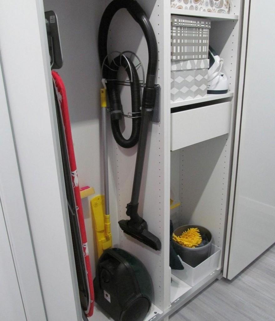 Место для бытового пылесоса в шкафу в прихожей