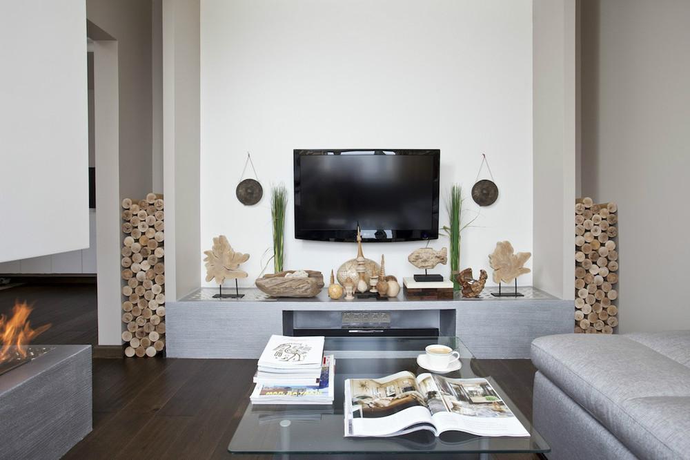 Расположение телевизора и камина на разных стенах в гостиной