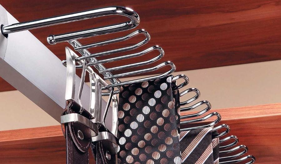 Выдвижная галстучница в купейном шкафу