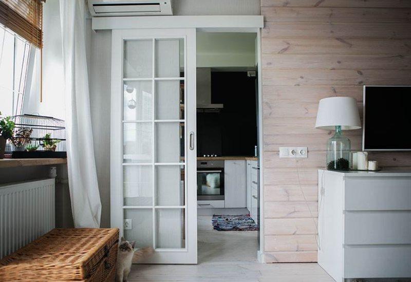 Сдвижная дверь со стеклами на деревянном каркасе