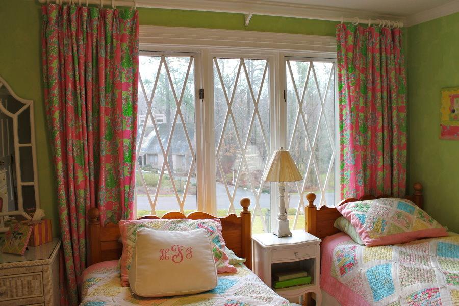 Пестрые шторы в маленькой спальне для двоих детей