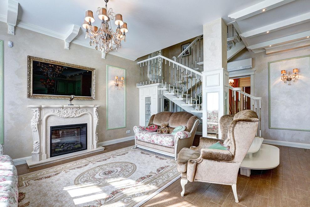 Камин и телевизор в гостиной с лестницей
