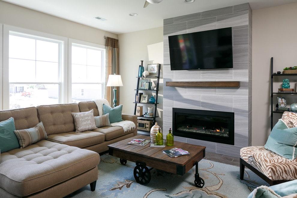 Деревянная полочка между камином и телевизором