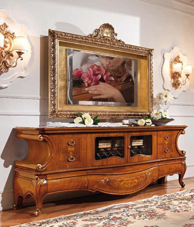 Телевизор в резной раме на деревянном комоде