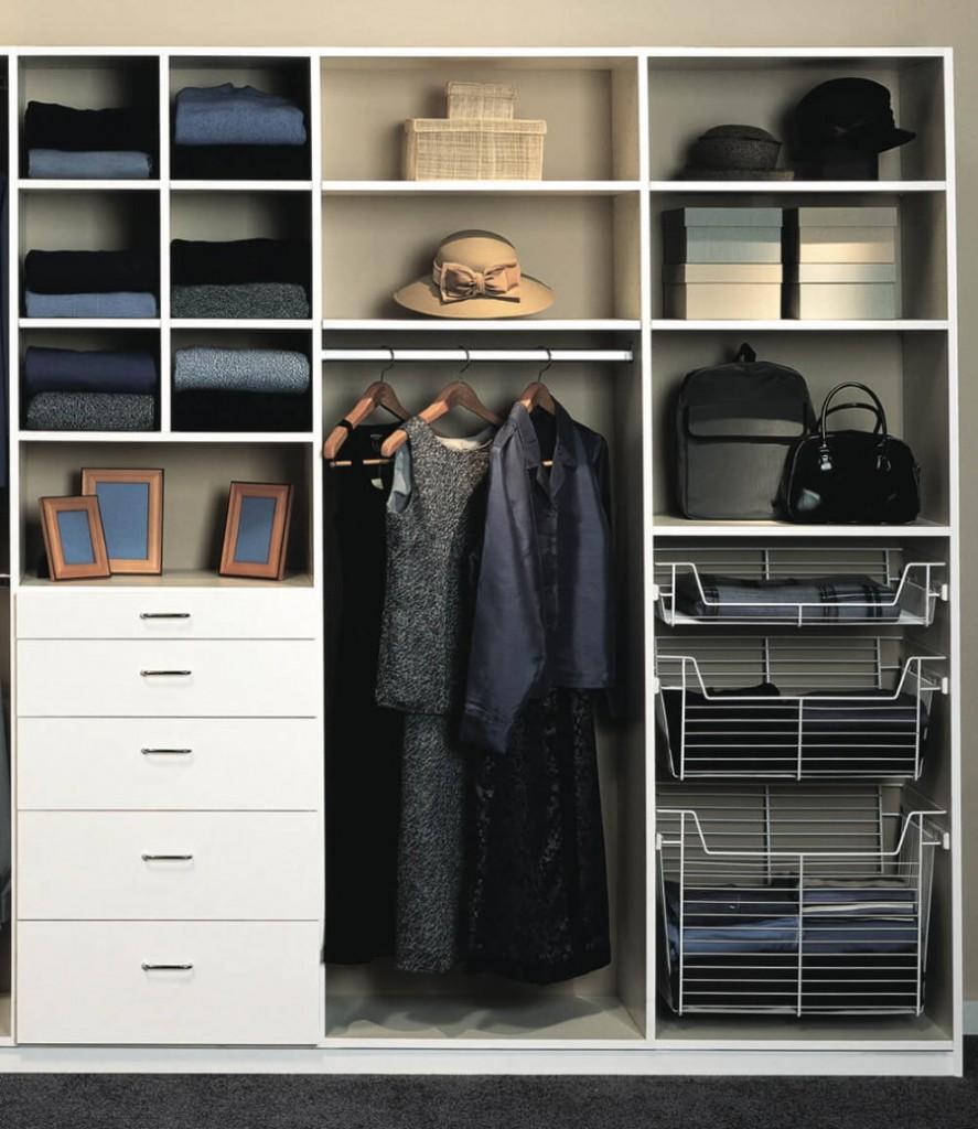 Вешалки с одеждой на круглой штанге в шкафу-купе