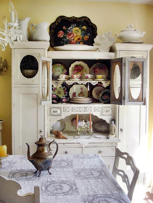 Деревянная витрина в старинном стиле для гостиной