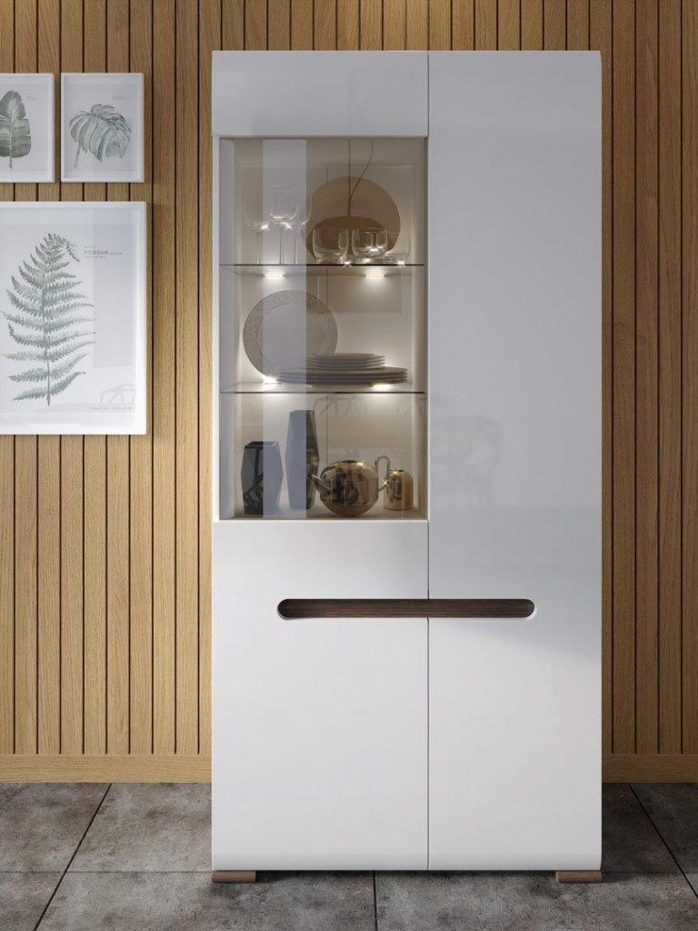 Шкаф-витрина из недорого материала для современной гостиной