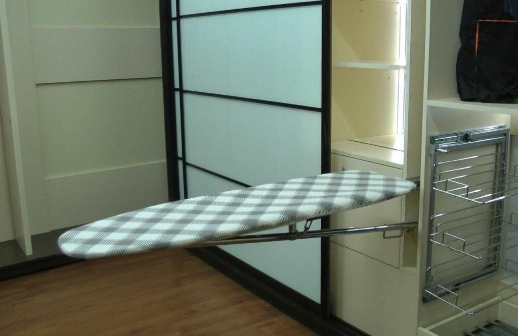 Откидная гладильная доска в прихожей комнате