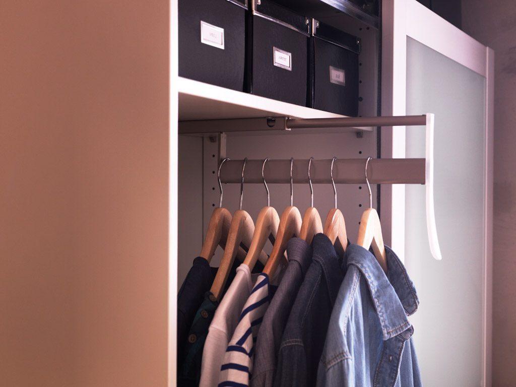 Выдвижная штанга для шкафа в прихожей