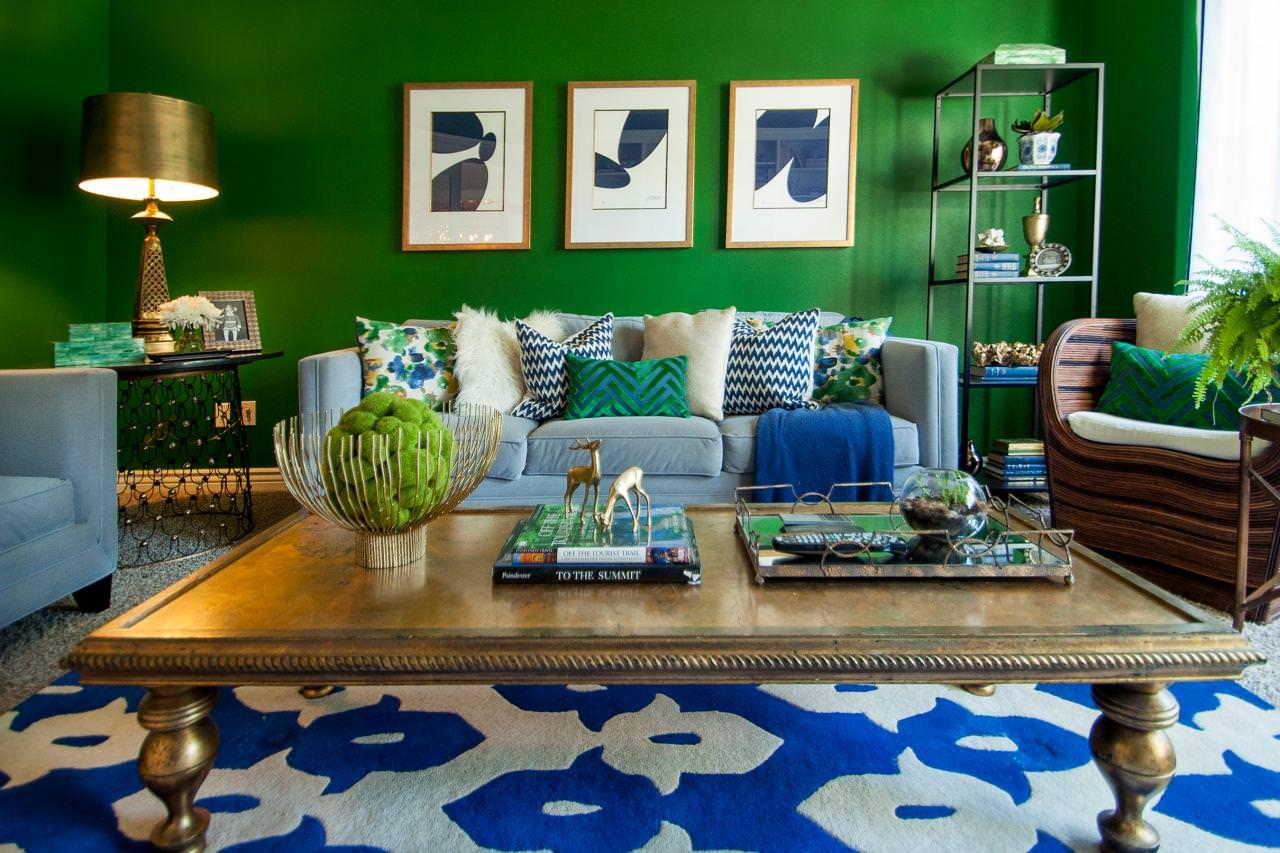 сочетание зеленого с синим и голубым в интерьере гостиной