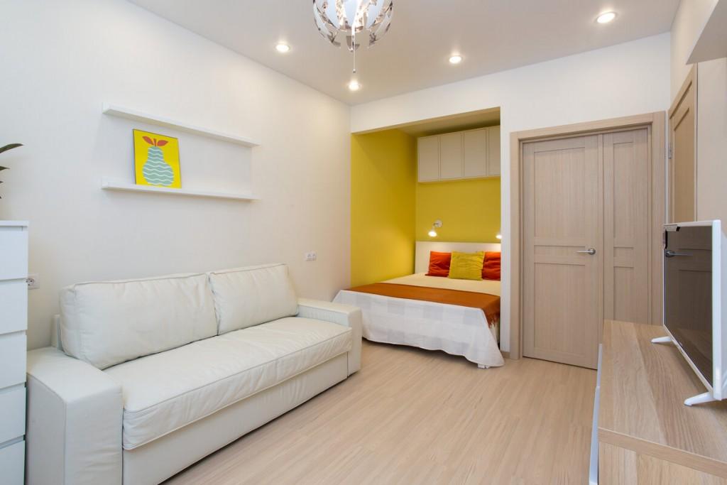 Освещение в однокомнатной квартире с желтой нишей