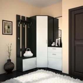 Черно-белая мебель в углу коридора