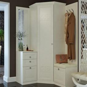 Белая мебель в коридоре с черными стенами