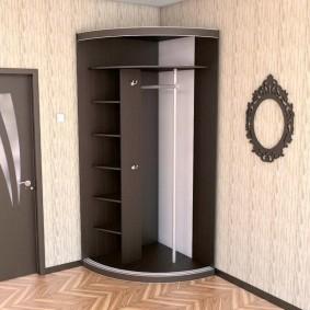 Радиусный шкаф в углу прихожей в светлых тонах